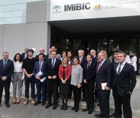 En la imagen, autoridades y premiados posan en la puerta del IMIBIC antes de comenzar enl acto