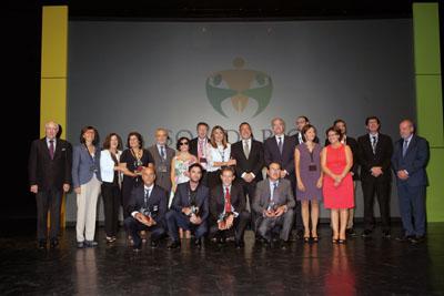 Foto de familia galardonados y autoridades en Premios Solidarios ONCE