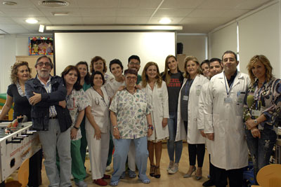 Conchita con profesionales de Pediatria y Cirugía Pediátrica del Hospital.