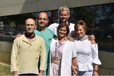 El director de la UGC de Otorrino, Francisco Muñoz, el especialista, José Gutiérrez, la logopeda María González y dos pacientes con prótesis fonatoria