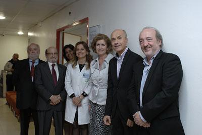 Rafaela Belmonte, acompañada por los gerentes que ha tenido el hospital