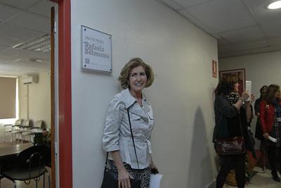 Posando junto a la placa de la sala de prensa que lleva su nombre