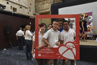 Alumnos animando a donar órganos