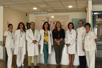 En la imagen, la delegada de Igualdad, Salud y Políticas Sociales, María Ángeles Luna, la gerente Valle García, visitan la reorganización de la sala de espera de Urgencias del hospital acompañadas por el responsable de la unidad, Luis Jiménez.