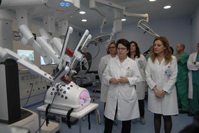 La Dra. Requena explica al equipo de dirección el funcionamiento del robot quirúrgico