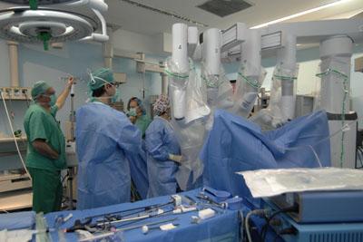 Un momento de una cirugía de prostata realizada con el robo
