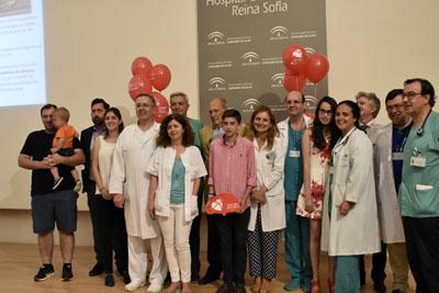 Organizadores y participantes en la jornada de convivencia de trasplante infantil
