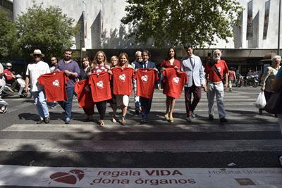 Uno de los pasos de peatones que luce el mensaje de la donación