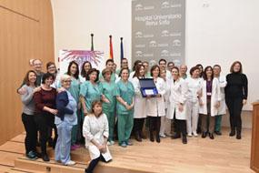 Profesionales de UGC de Aparato Digestivo reconocen el trabajo de Valle García con una placa y un ramo de flores