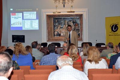 El director de la Unidad de Gestión Clínica de Medicina Interna del Hospital Reina Sofía, José López Miranda, durante un momento de su conferencia