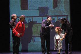 El grupo Uno Teatro en un momento de la representación del cuento en el Teatro Góngora