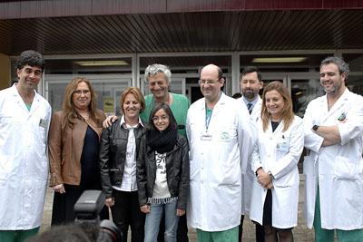 Nayra recibió una trasplante de hígado auxiliar posa junto a su madre y el equipo de trasplantes