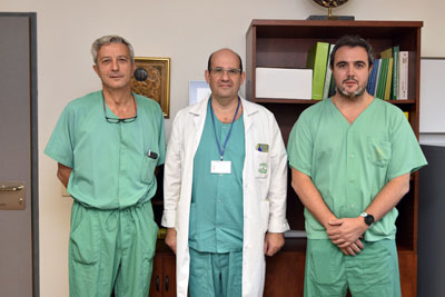 En la imagen, algunos de los profesionales que realizan el procedimiento premiado, los doctores López Cillero, Briceño y Ciria
