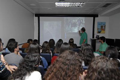 El Dr. Pan, responsable de cardiología, explicando a los alumnos la realización de un cateterismo en directo