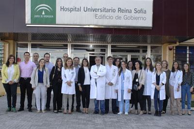 En el centro de la imagen, la gerente del Hospital Reina Sofía, Marina Álvarez, el director ade la UGC de Reumatología, Eduardo Collantes, acompañados por reumatólogos de la UGC y especialistas procedentes de Colombia