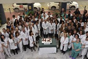 n la imagen, los profesionales del Hospital Universitario Reina Sofía celebran el 42 aniversario del centro