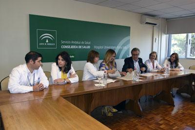 Valle GArcía y Bernabé Galán firman el acuerdo de colaboración en presencia de la delegada, María Ángeles Luna