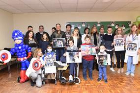 En la imagen, algunos de los niños y profesionales que protagonizan el calendario del hospital