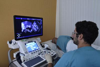 El urólogo Enrique Gómez realiza una biopsia de fusion