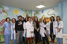 Autoridades, profesionales y artistas posan en la nueva consulta infantil de Otorrino