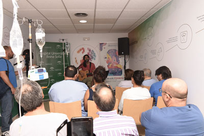 El cantautor Chico Herrera canta versos en el Hospital en el marco de Cosmopoética