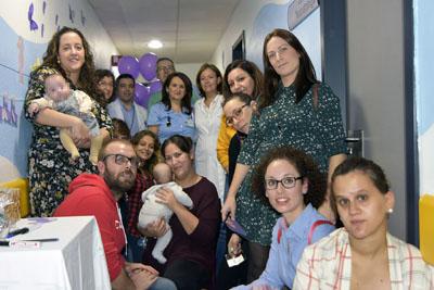 La directora gerente, profesionales de Neonatología y de Pediatría participan con los padres y madres en el mural