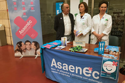La directora gerente visita la mesa informativa de ASAENEC con motivo del Día Mundial