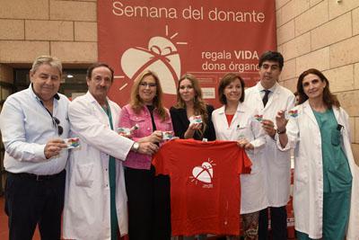 Pacientes, profesionales, autoridades y famosos posan cada día con el carné del donante