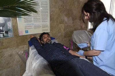 Tras visitar la mesa informativa, el cantaor también ha querido sumarse a la donanción de sangre