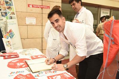 El futbolista José Manuel Jurado firma en el Libro de Oro de la Donación