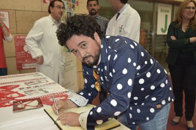 Rafael de Utrera firma en el Libro de Oro de la Donación