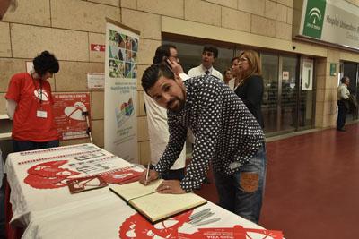 El futbolista Nolito firma en el Libro de Oro de la Donación