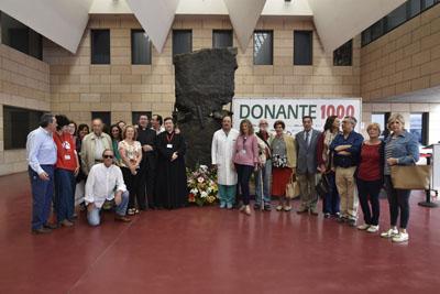 Algunos de los participantes en el acto junto al Monumento al Donante