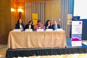 La gerente del SAS, la directora gerente del hospital, la presidenta del comité organizador y miembros de la asociacion andaluza de enfermedades autoinmunes inauguran el encuentro