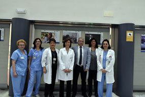 Valle García y Enrique Castillo, en el centro, junto a supervisoras y enfermeras del hospital