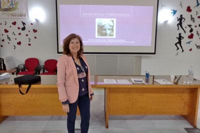 La enfermera del hospital Carmen Jurado en uno de los talleres