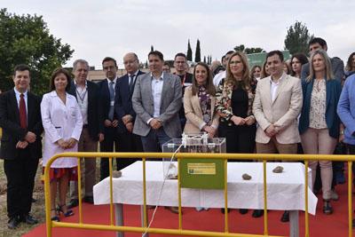 Autoridaes, profesionales y empresa asisten al acto de colocación de la primera piedra de la escuela infantil