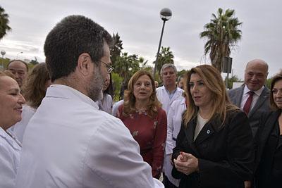 Susana Díaz saluda a su llegada al hospital