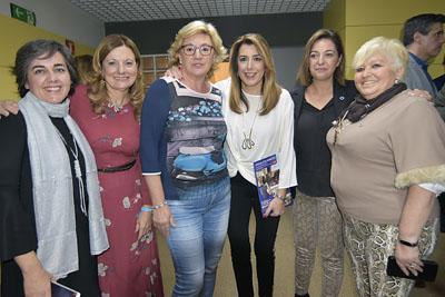 La consejera, la presidenta de la junta de Andalucía y la alcaldesa se fotografían con algunas de las asistentes