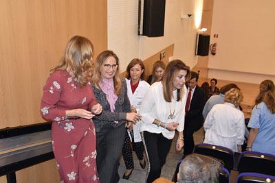 La presidenta de la Junta de Andalucía se despide de algunos de los asistentes