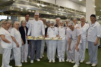 Profesionales del Área de Alimentación preparan menús especiales para los pacientes en Semana Santa