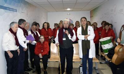 La asociación de mayores inicia el concierto de navidad por diferentes plantes del hospital