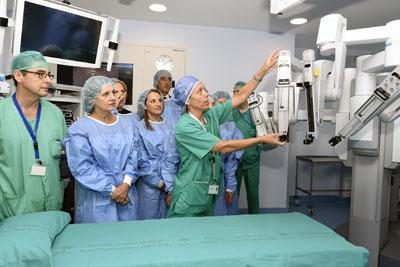 La cirujana Eva Torres explica el funcionamiento del robot