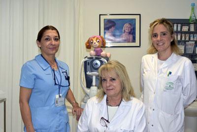 Las doctoras Ibarra y Navarro junto a la Axuliar de Enfermería Carmen Caballero en la consulta de Oftalmología Infantil
