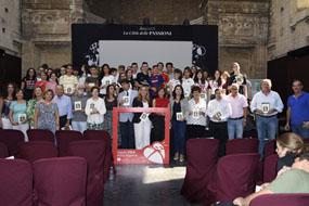 Foto de familia de organizadores, colaboradores y participantes en el recital Tintas para la Vida 9