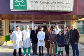 Profesionales y familia malagueña cuyo hijo se ha sometido a un trasplante pulmonar.
