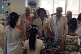 Miembros de la Asociación de Mayores del hospital con los niños este verano