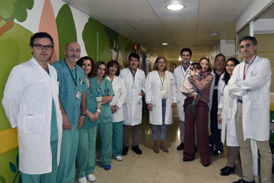 Equipo multidisciplinar de profesionales implicados, la mamá y la paciente