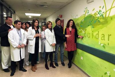 María Ortega, Pepe Yáñez, Valle García y profesionales del hospital visitan la intervención 'Cuidar, amar