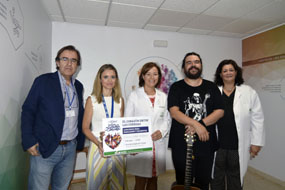 El artista Curro Rumbao actúa en el Hospital Reina Sofía en el marco del 39 Festival de la Guitarra de Córdoba